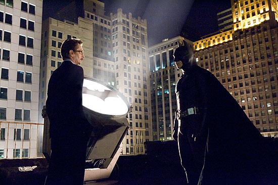 Batman Begins - Lt. Gordman a Batman pri znamení Batmana