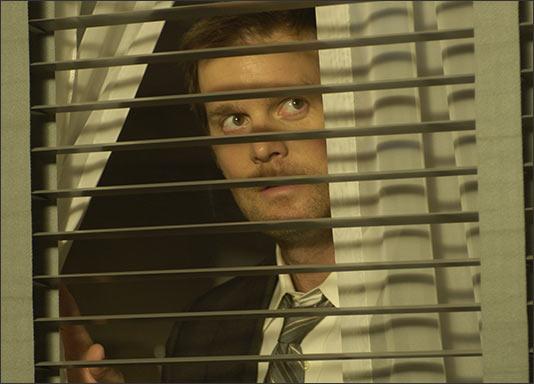 Lost Room, The - Joe Miller hľadí z okna