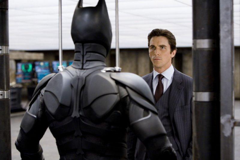 Dark Knight, The - 02 - Bruce a Batmanov kostým