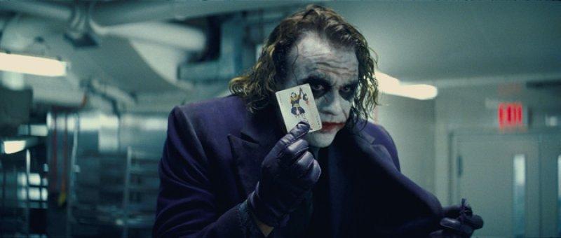 Dark Knight, The - 05 - Joker a jeho vizitka