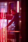 Jovan Adepo ako Larry Underwood a Heather Graham ako Rita Blakemoor. (Robert Falconer / CBS)