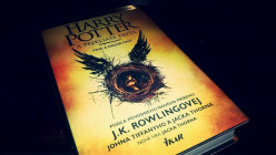 Harry Potter a prekliate dieťa ()
